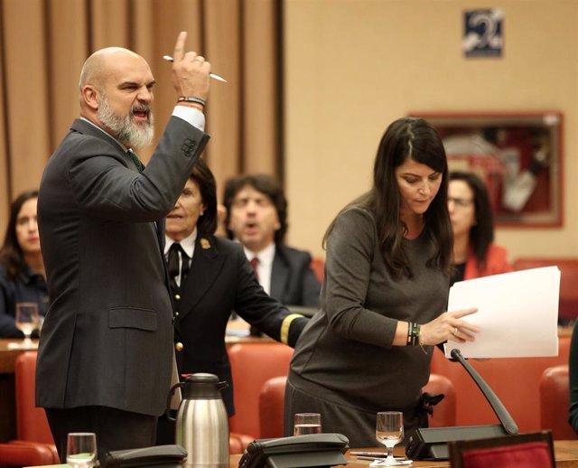 El diputado de VOX en el Congreso Víctor Sánchez del Real junto a la secretaria general del grupo parlamentario, Macarena Olona, protestando antes de salir de la Diputación Permanente.