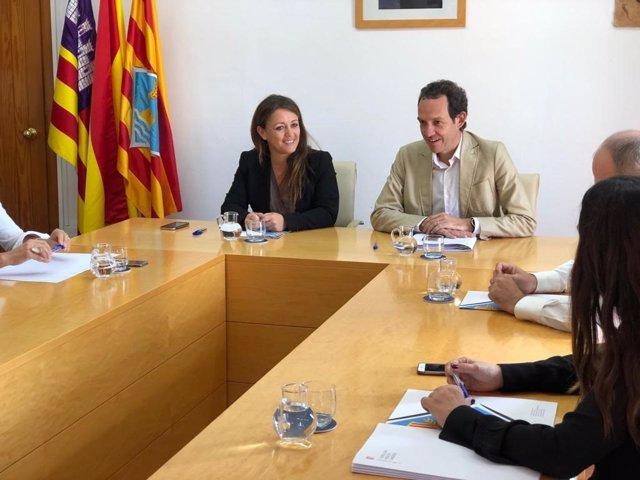 El conseller de Mobilitat i Habitatge, Marc Pons, i la presidenta del Consell de Formentera, Alejandra Ferrer, en una reunió