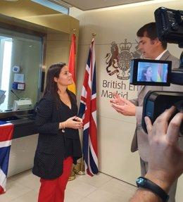 La consejera de Turismo del Gobierno de Canarias, Yaiza Castilla, se reñune con el embajador de Reino Unido, Hugh Elliot