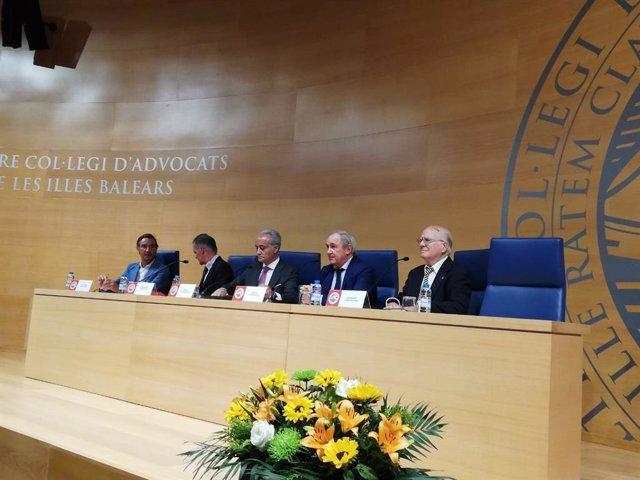 L'advocat i exfiscal de l'Audiència Nacional Jesús Santos (centre de la taula), en el Col·legi d'Advocats de Balears.