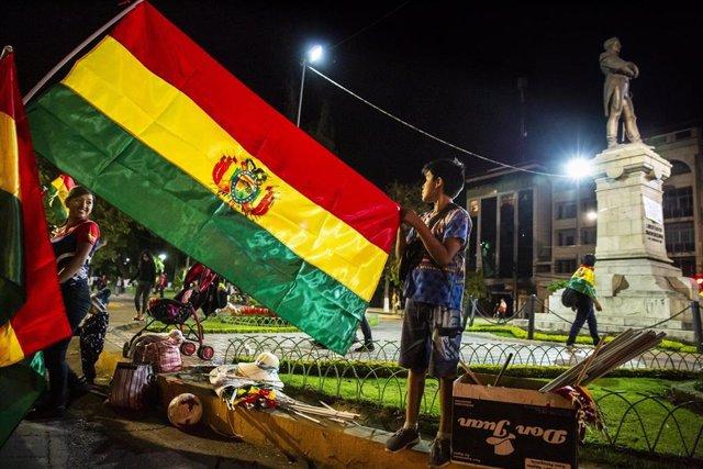Un joven con una bandera de Bolivia