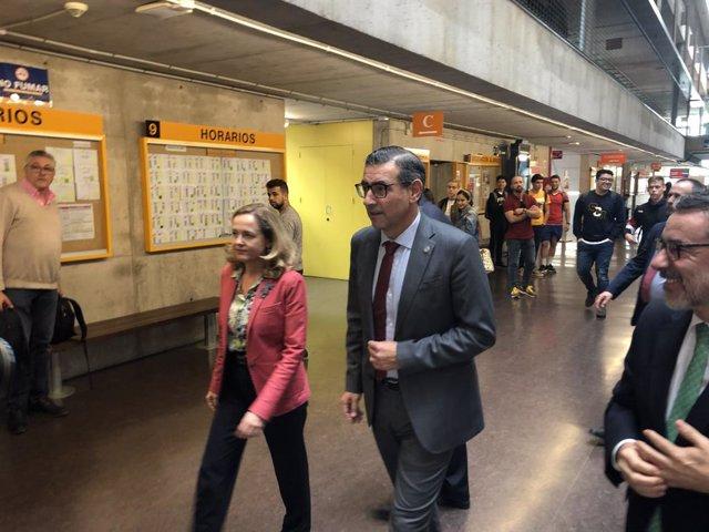 La ministra en funcions d'Economia i Empresa, Nadia Calviño, i el rector de la UMU, José Luján