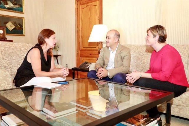 La presidenta del Govern, Francina Armengol, recibe en audiencia al presidente de la Felib, Antoni Salas, y a la secretaria general de la entidad, Neus Serra.