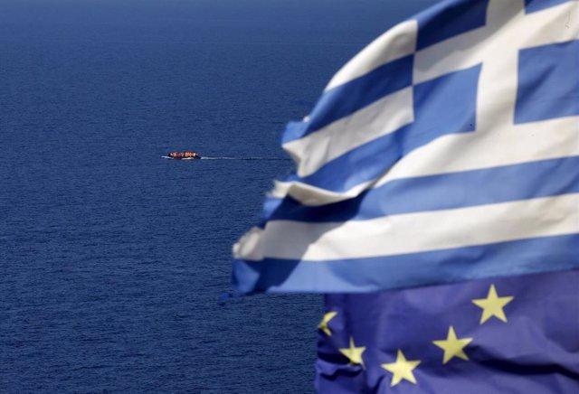 Inmigrantes en una lancha cerca de las costas griegas
