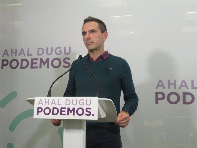 El responsable de Comunicación del Podemos Euskadi, Andeka Larrea, en una rueda de prensa celebrada en Bilbao