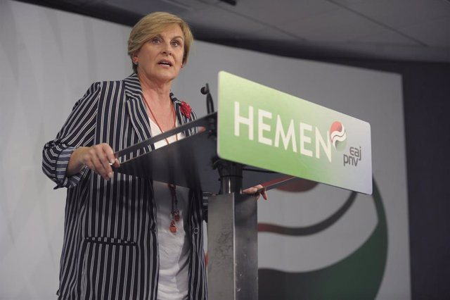 La presidenta del PNV en Vizcaya, Itxaso Atutxa, ofrece declaraciones a los medios de comunicación en Sabin Etxea, sede del Partido Nacionalista Vasco, donde sus afiliados hacen el seguimiento de los resultados de las elecciones.