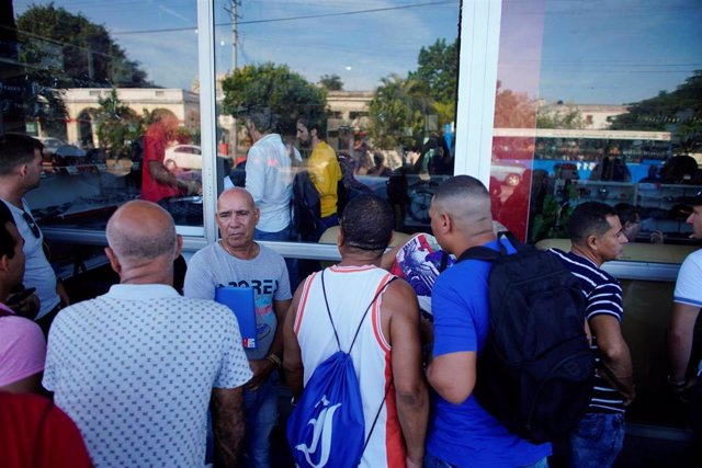 Colas para comprar en dólares en una tienda de La Habana