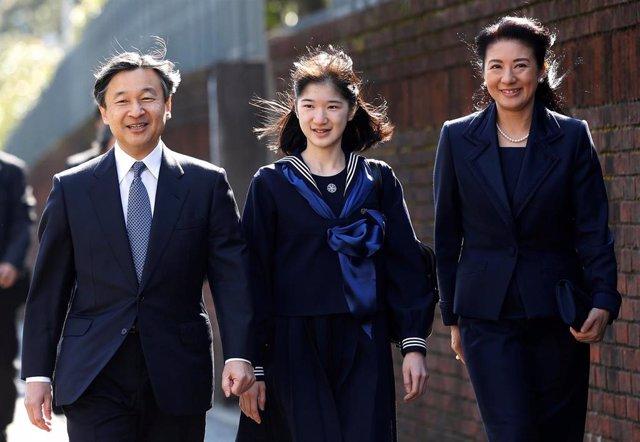 La princesa Aiko en su graduación de Secundaria acompañada de sus padres, el emperador Naruhito y la emperatriz Masako