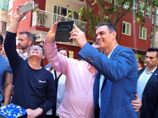 El secretario general del PSOE, Pedro Sánchez, se hace una foto con un ciudadano en Palma