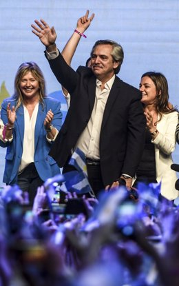 27 October 2019, Argentina, Buenos Aires: Argentinian Presidential candidate Alberto Fernandez (center R) waves to his supporters during a ceremony at the Peronist Justicialist party headquarters after winning Argentina's presidential election in the firs