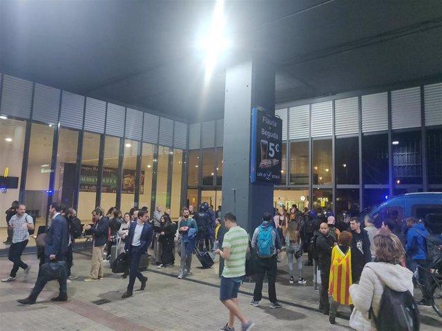 Los manifestantes se dispersan en el acceso a Sants por la plaza Joan Peiró de Barcelona