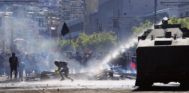 Enfrentamientos entre manifestantes y Carabineros en los alrededores del Congreso de Chile