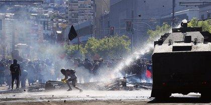 Chile.- Enfrentamientos entre manifestantes y Carabineros en los alrededores del Congreso de Chile