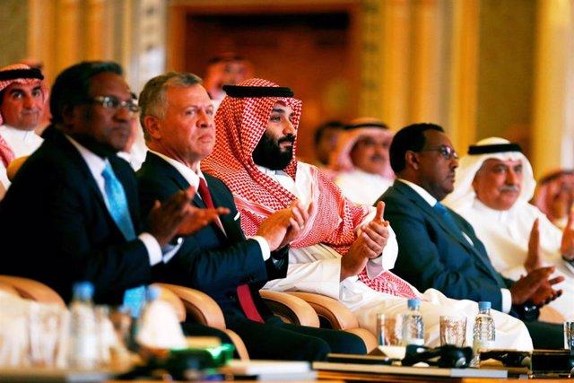 El príncipe heredero saudí y el rey de Jordania en una conferencia de inversión
