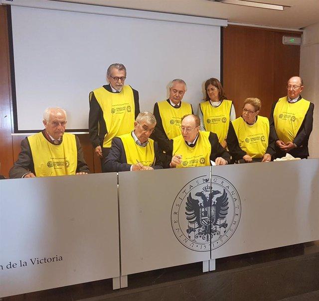 Un momento durante la firma, en el que aparecen el presidente de FSFE Rafael Martínez Montes y el de la Academia Nacional de Farmacia de Brasil, Acacio Alves Souza Lima.