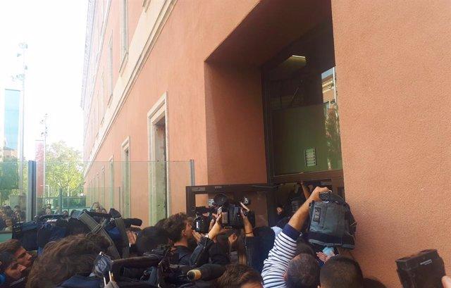 Bloquejats els accessos de la UPF i tensió entre estudiants davant una de les portes per protestes després de la sentència de el 1-O