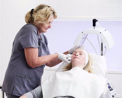 El uso de cosméticos y maquillaje puede empeorar el acné