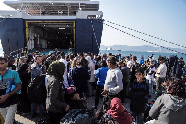 Refugiats i migrants desembarquen al port d'Eleusis com a part del pla de reubicació