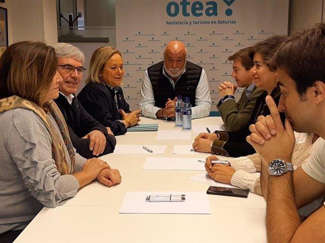 La cabeza de lista de la coalición PP-Foro al Senado, Mercedes Fernández, durante la reunión con la patronal del sector turístico Otea