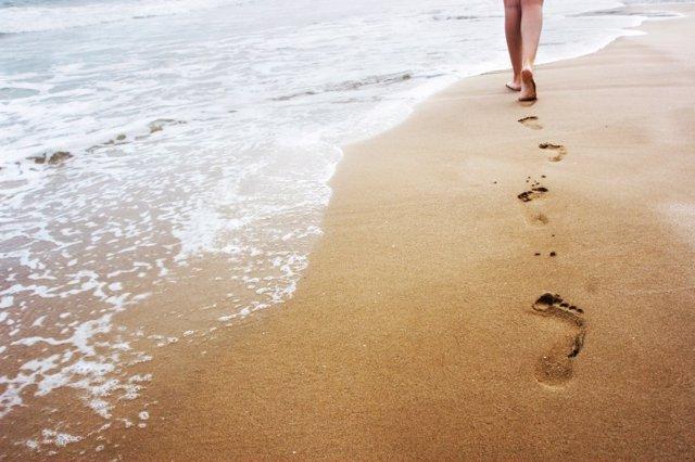 Aprender a caminar no es cosa de niños, andar, playa, arena, mar, pies