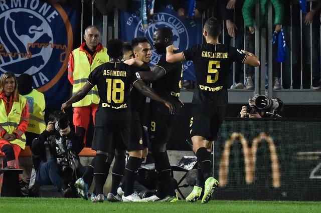 El jugador del Inter de Milán Lautaro Martínez celebra el primer gol marcado ante el Brescia