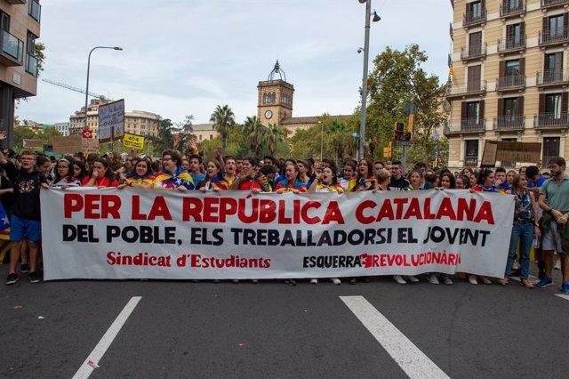 Capçalera de la manifestació estudiantil organitzada a la plaça de la Universitat de Barcelona, a Barcelona (Catalunya, Espanya).