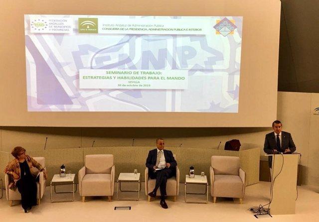 El viceconsejero de la Presidencia, Antonio Sanz, interviene este miércoles en un seminario conjunto con la FAMP para mandos de la Policía Local.