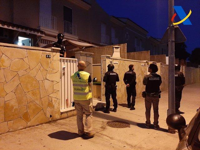 Agentes de la Agencia Tributaria en una operación contra el balnqueo de capitales por droga en Algeciras