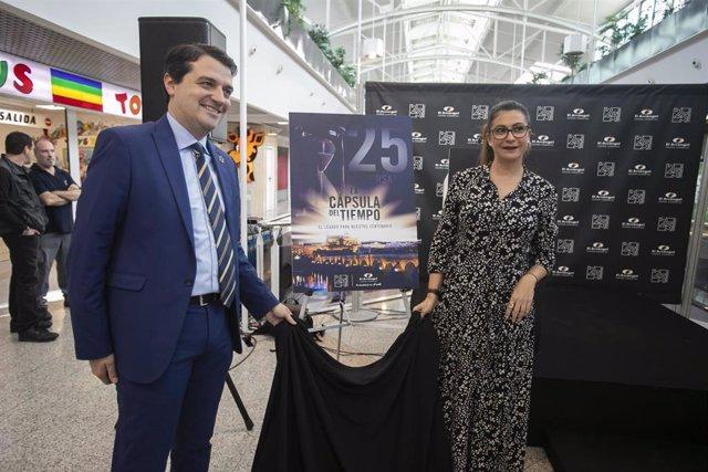 La gerente del centro comercial El Arcángel, Esther Trujillos, junto con el alcalde de Córdoba, José María Bellido