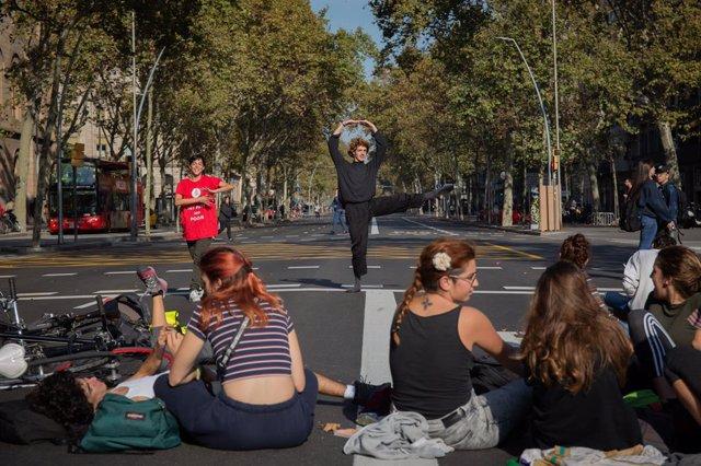 Cort en Gran Via de Barcelona en l'acampada de plaça Universitat de Barcelona