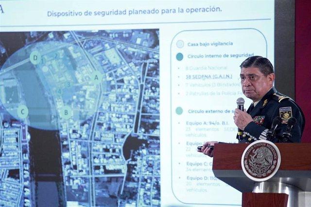Luis Sandoval muestra el vídeo de la captura de Ovidio Guzmán