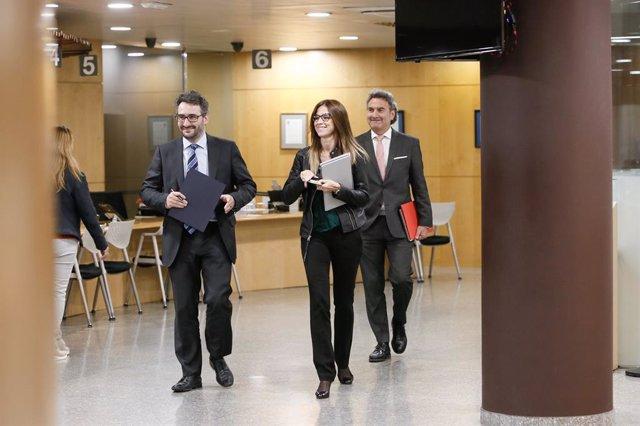 Èric Jover es dirigeix, acompanyat de la ministra de Cultura i Esports, Sílvia Riva, i del secretari d'Estat d'Esports, Justo Ruiz, a la sala de premsa de l'Edifici Administratiu del Govern