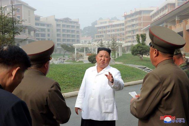 Kim Jong Un acompañado por mandos militares de Corea del Norte