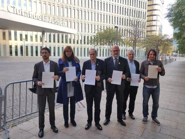 Torra acudeix a la Ciutat de la Justícia per presentar la seva autoinculpació juntament amb D. Calvet, L. Borràs, E. Pujol, J. M. Forné i Francesc de Dalmases.