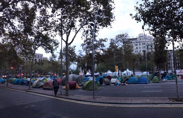Un grup de joves passen la primera nit a la plaça Universitat en l'acampada indefinida.