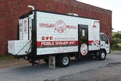 Un hombre transforma un camión en ducha portátil para facilitar el acceso al aseo a personas sin hogar