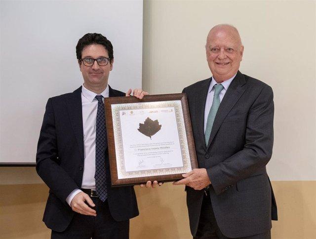 El doctor Francisco Ivorra, presidente del Grupo ASISA, recibe la placa honorífica que le entrega José Manuel González Sancho, vicerrector de Investigación de la Universidad Autónoma de Madrid.