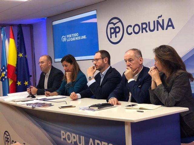 El secretari general del PPdeG, Miguel Tellado, en roda de premsa juntament amb el portaveu del PP en el Senat Javier Maroto, i candidats en les eleccions generals