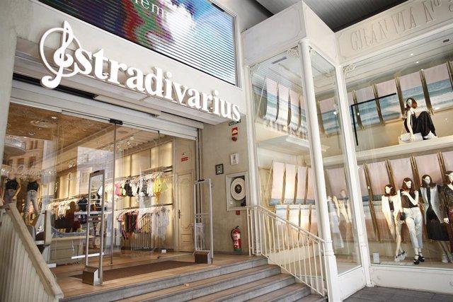 Entrada principal d'una de les botigues de la marca de roba Stradivarius.