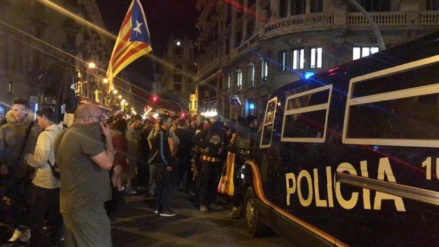Furgons davant la Prefectura de Policia a la Via Laietana de Barcelona durant una protesta per l'actuació policial en els aldarulls arran de la sentència del procés independentista, el 26 d'octubre del 2019