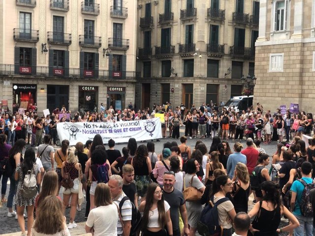 Unas 200 personas se concentran en Barcelona para apoyar a la víctima de 'La Manada de Manresa'