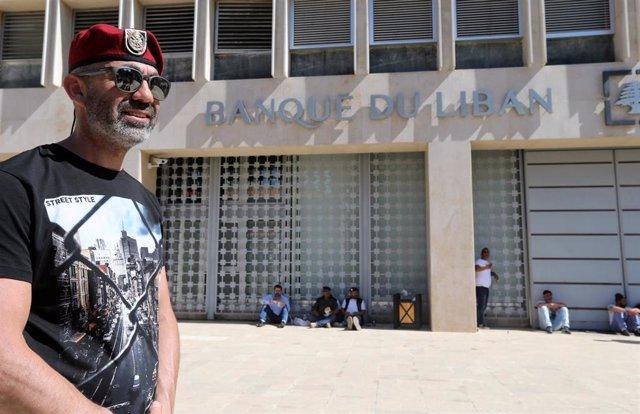 Militar libanés ante banco nacional