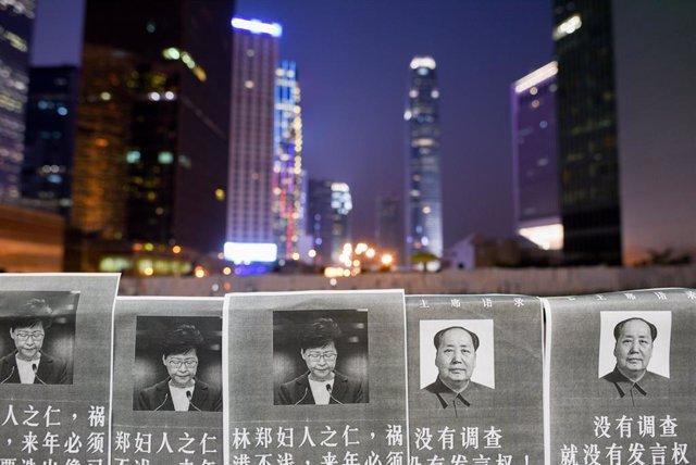 Cartells amb imatges de Carrie Lam i Mao Tse Tung a Hong Kong