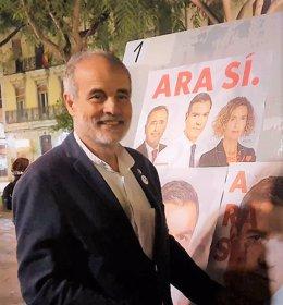 El candidat socialista al Congrés per Tarragona Joan Ruiz, a la pega de cartells d'aquest dijous.