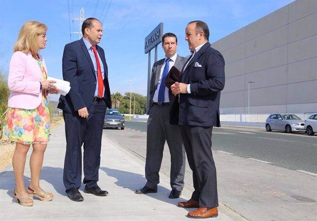 El delegado de Economía y Comercio, Relaciones con la Comunidad Universitaria y Área Metropolitana, Francisco Páez, en la calle Pergamino, en el Parque Empresarial La Negrilla