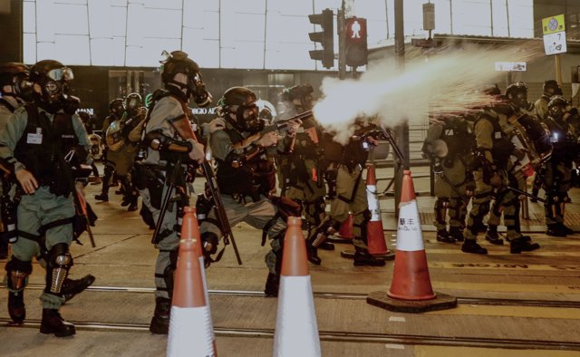 31 October 2019, China, ong Kong: Riot police fire tear gas canisters amid clashes with anti-Chinese government protesters. Photo: Liau Chung-Ren/ZUMA Wire/dpa