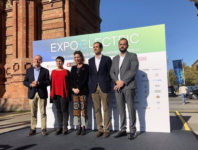 El vicepresident de Mobilitat de l'AMB, Antoni Poveda; la regidora de Mobilitat de Barcelona, Rosa Alarcón; la consellera Àngels Chacón; el director d'Expoelectric, Ramon Caus, i el Delegat Acció Climàtica de la Diputació de Barcelona, Xesco Gomar.