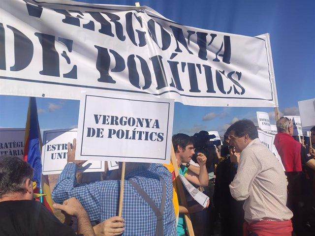 El presidente de ERC en el Parlament, Sergi Sabrià, hablando con los CDR que protestan en el acto de los republicanos el 2 de novimebre ante la cárcel de Lledoners, en Sant Joan de Vilatorrada (Barcelona).