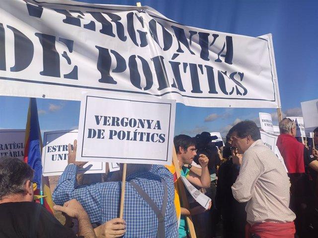 El president d'ERC en el Parlament, Sergi Sabrià, parlant amb els CDR que protesten en l'acte dels republicans el 2 de novimebre davant la presó de Lledoners, a Sant Joan de Vilatorrada (Barcelona).