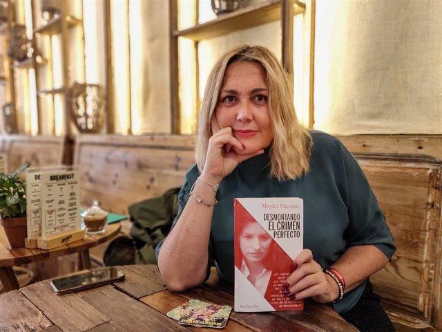 La periodista Mayka Navarro amb el seu primer llibre, 'Desmontando el crimen perfecto' (editorial Alrevés).